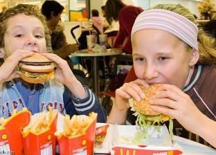 استهلاك الوجبات السريعة يزيد من مخاطر الحساسية لدى الأطفال