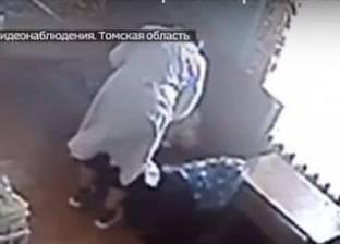 مقطع فيديو لممرضة تعتدي على طفل معاق مكلفة برعايته يثر الغضب بروسيا