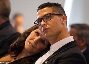 والدة كريستيانو رونالدو تدافع عن نجلها ضد ادعاءات الاغتصاب