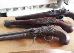 جمارك الإسكندرية تحبط محاولة تهريب مسدسات وسيوف وخناجر أثرية