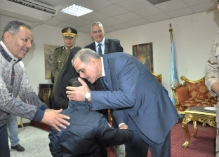 بالصور| محافظ أسيوط ورئيس أركان قوات الدفاع الشعبي يكرمان أسر شهداء