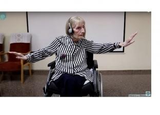 مريضة ألزهايمر مسنة ترقص باليه على كرسي متحرك.. الموسيقى سحر