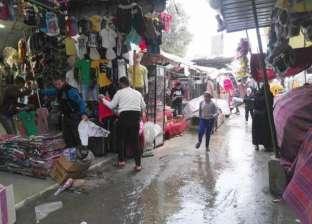 مشمع وأكياس.. حيل الباعة الجائلين لحماية البضاعة من المطر المفاجئ