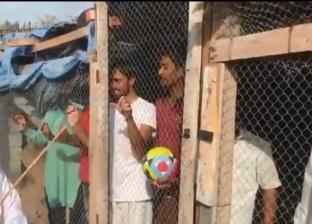 بالفيديو| إماراتي يحتجز عمالا هنودا في أقفاص حيوانات لسبب غريب