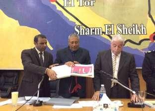 محافظ جنوب سيناء يسلم رئيس مدينة شرم الشيخ الهوية البصرية للمدينة