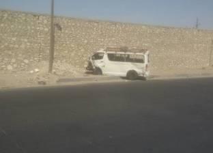 مصرع فتاة وإصابة 20 آخرين في انقلاب سيارة ميكروباص بالطريق الإقليمي