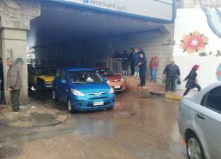 مياه الأمطار تغرق كوبري كليوباترا في الإسكندرية.. والصرف يتدخل