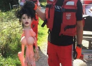 """جثة عائمة في الماء تثير الذعر.. والشرطة: """"دمية جنسية"""""""