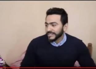 بالفيديو| تامر حسني يبكي على الهواء بسبب مسنة