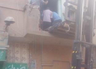 وزنه 500 كيلو.. الحماية المدنية تزيل سور بلكونة لنقل مريض بالونش للمستشفى