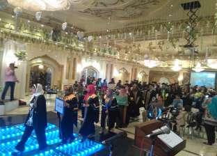 نائب رئيس عين شمس يكرم أساتذة وطلاب الألسن في حفل التخرج