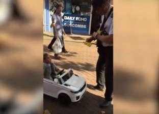 بالفيديو| ضابط مرور يحرر مخالفة ضد طفل داخل سيارة كهربائية بانجلترا