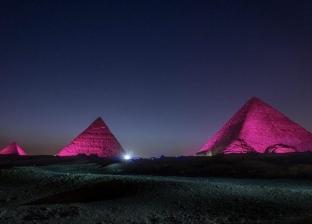 """إضاءة الأهرام وأبوالهول باللون الأحمر بالتزامن مع """"اجتماع السل"""""""