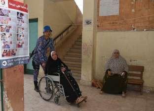 سيدة مسنة تشكر محافظ الإسكندرية على مساعدتها للتصويت في الانتخابات