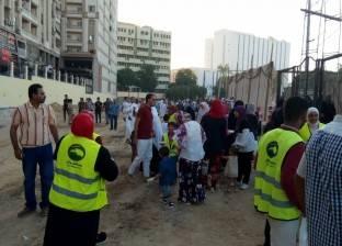 بالصور| مستقبل وطن بأسيوط يوزع الهدايا على المواطنين عقب صلاة العيد