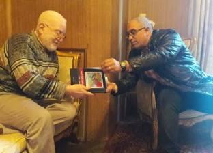 """""""عمرو زكريا"""" يهدي أسرة شهيد أكتوبر """"سيد بسطويسي"""" كتابه الجديد"""