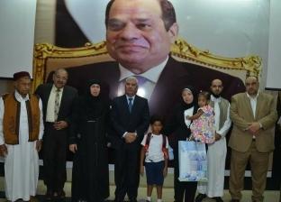 محافظ مطروح يكرم والدة الشهيد طه محمد سعد ويطلق اسمه على مدرسة