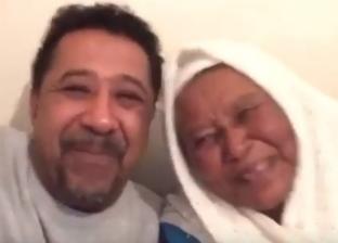 بالفيديو| الشاب خالد يظهر مع والدته.. وتشابه كبير بينهما في الملامح