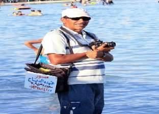 أشهر مصور شاطئ فى «روميل» يعتزل المهنة بعد انتشار المحمول: راحت علينا