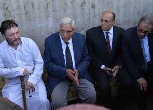 """محافظ الدقهلية يتفقد قرية الشط """"المنسية"""".. ويقدم العزاء في ضحية طريقها"""