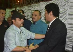 بالصور  وصول محمد هنيدي وعمرو سعد إلى عزاء والد باسم سمرة