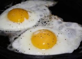 بالفيديو| رجل يطهي البيض تحت أشعة الشمس في الجزائر