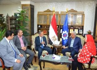 محافظ السويس يستقبل وفد وزارة التنمية المحلية لمناقشة تنظيم العمل