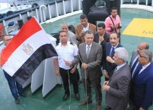 بالصور| وزير النقل يرفع العلم المصري على قاطرتين بميناء الإسكندرية