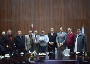 محافظ البحر الأحمر يهدي درع المحافظة إلى وفد لجنة الإسكان بمجلس النواب