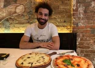 بعد صورة صلاح مع البيتزا.. متى يمكن للرياضيين تناول الوجبات السريعة؟