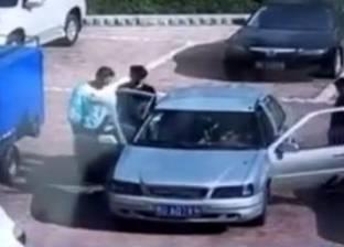 بالفيديو| صيني يحاول إطفاء سيارة مشتعلة بالنفخ عليها