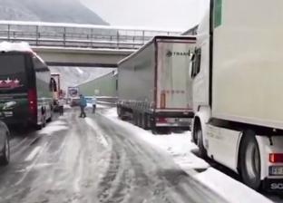 بالفيديو| إنقاذ 200 شخص «حاصرتهم الثلوج» داخل السيارات في إيطاليا