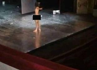 """على المسرح البلدي في تونس.. القصة الكاملة لظهور ممثل """"عارٍ"""""""