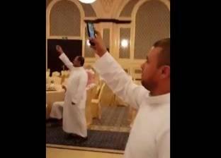 """بالفيديو  توزيع """"هواتف"""" على الضيوف في حفل زفاف"""