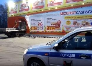 بالفيديو| شاحنة مسرعة تخترق متجرا وتخلف إصابات بالغة في روسيا