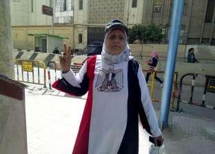 """سيدة دمياطية ترتدي عباءة """"علم مصر"""" وكاب ميري تحشد السيدات للمشاركة"""