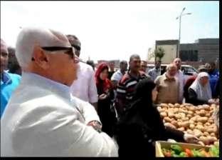 بالفيديو| محافظ بورسعيد يجبر بائع خضار على خفض الأسعار لربع الثمن