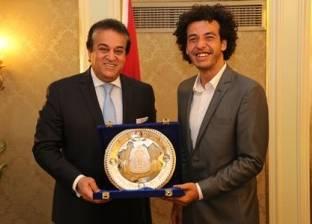 """عبدالغفار يكرم طبيبا مصريا حاصل على جائزة """"ريادة الأعمال حول العالم"""""""