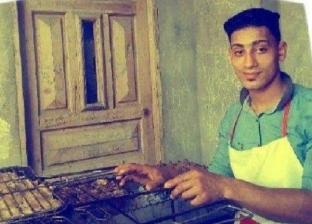 """شيف أفراح """"أون لاين"""".. """"محمد"""" يطبق دروس طبخ """"يوتيوب"""" في المناسبات"""
