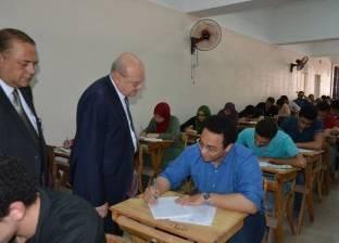 بالصور| رئيس جامعة الزقازيق يتفقد لجان الامتحانات بكلية الطب البشري