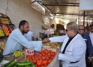 محافظ الإسماعيلية لـ تجار سوق الجملة: المواطن يعاني فلا ترفعوا الأسعار