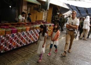 مستوطنون يهود يتجولون بمنطقة السوق القديم في الخليل