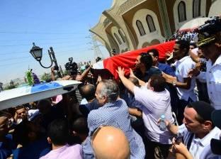 بالفيديو| مواطنون يفاجئون محمد رمضان أثناء خروجه من جنازة نور الشريف