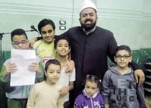 إمام مسجد يوزع شهادات تقدير وشيكولاتة على رواد «التراويح»
