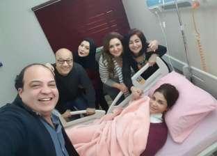 صور| نجوم الفن يزورون إيناس عزالدين بعد إجراء عملية جراحية في ذراعها