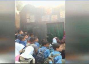 """زيارة جماعية من طلبة لقبر معلمهم الراحل.. وشقيقه: """"مظاهرة حب"""""""