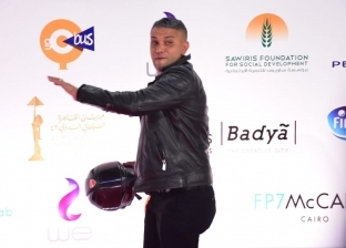 """""""بره الصندوق"""".. آسر ياسين يروج لفيلمه في مهرجان القاهرة بورق """"الشايب"""""""