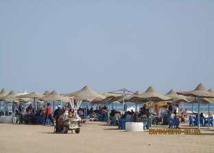توافد المواطنين على شواطئ البحر الأحمر لقضاء عطلة شم النسيم