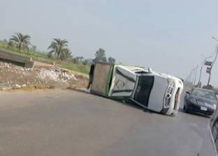 """إصابة سائق إثر انقلاب سيارة محملة بـ""""البويات"""" في الإسماعيلية"""