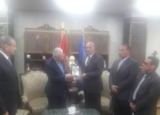 محافظ السويس يهدي وزير التعليم درع المحافظة